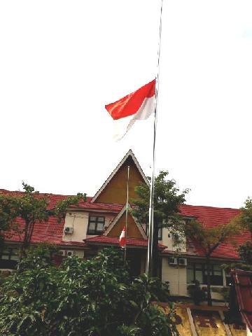 Mantan Bupati Asrul Ja'afar Wafat, Perkantoran di Kuansing Kibarkan Bendera Setengah Tiang