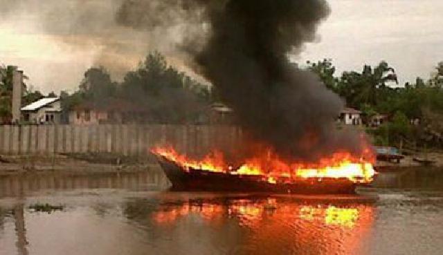 Kapal yang Terbakar di Sungai Duku Diduga Memuat 20.000 Liter BBM