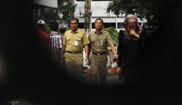 Ket Foto : Sejumlah pegawai negeri sipil saat pulang kantor di Jakarta