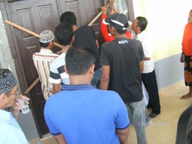 Pejabat Baru Non Putra Daerah, Warga Rohul Segel Kantor Lurah