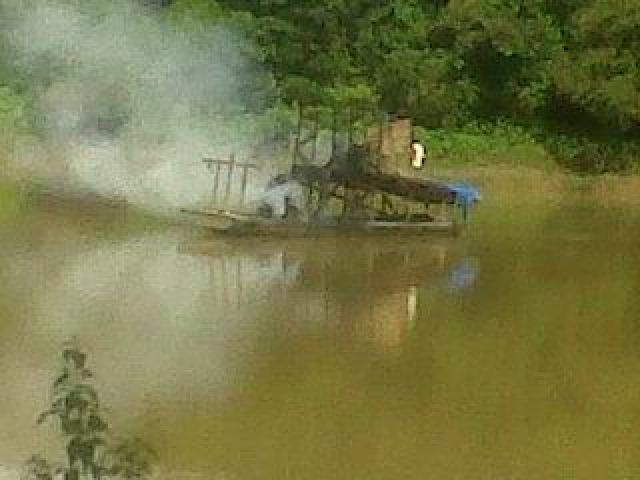 Dinilai Meresahkan, Dua Rakit PETI Dibakar Warga Desa Pulau Aro