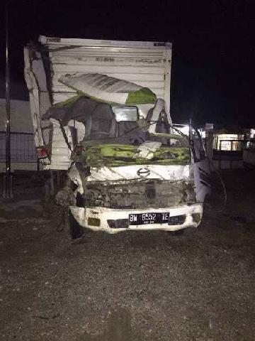 Hantam Dump Truk , Bagian Depan Mobil Box Hancur, Sopir Terjepit dan Sekarat