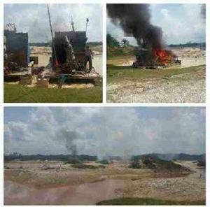 Garap Kawasan Larangan Adat, 15 Rakit Dompeng Dibakar di Desa Sungai Paku