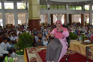 Mama Dedeh Pukau Jemaah Mesjid Agung