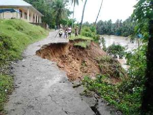 Jalan Longsor, MDA di Desa Koto Kombu Terancam Amblas ke Sungai Kuantan