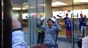 Pembeli iPhone 5S Pertama di Dunia Orang Indonesia Lhe !