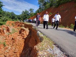 Tinjau Jalan Longsor di Pulau Kedundung, Bupati Minta BMSDA Lakukan Normalisasi Sungai