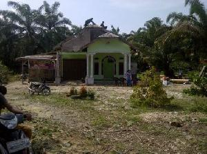 Puting Beliung Robohkan Satu Rumah di Desa Sumber Datar, Satu Kubah Mesjid Rusak