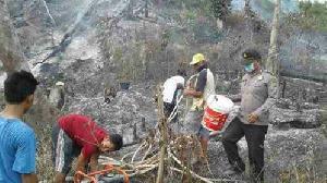 Usai Upacara HUT RI, Polisi Langsung Terjun Padamkan Karlahut di Areal Hutan Lindung Bukit Betabuh