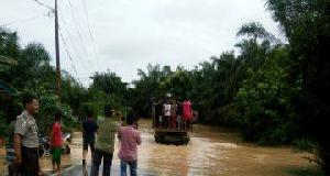 Air Masih Genangi Jalan Nasional di Tanjung Pauh, Pengendara Disarankan Lewat Jalur ALternatif