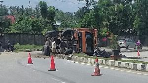 Truk Batubara Tumbang di Jalan Proklamasi, Polisi Atur Lalin