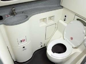 Penting! Jangan Lakukan 7 Hal Ini di Toilet Pesawat