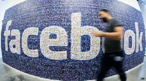 Asyik cek Facebook, turis jatuh dari dermaga