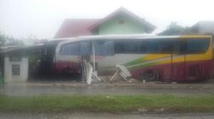 Bus Medan Jaya Seruduk Rumah di Kari, Mobil,  Pagar dan Teras Rumah Warga Hancur