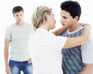 Suka dengan Mantan Kekasih Sahabat? Pertimbangkan 5 Hal Ini