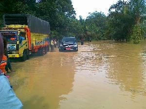 Mobil Bupati dan Wabup Juga Terjebak Banjir di Tanjung Pauh