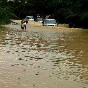 Jalan Provinsi Banjir di Tanjung Pauh, Kenderaan Antre 3 KM