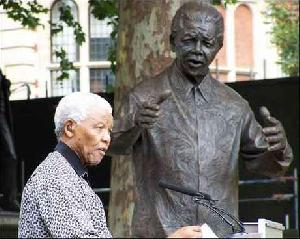 Di Inggris, Patung Nelson Mandela Juga Berbaju Batik