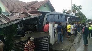 Kapolres : Bus Seruduk Rumah di Kari Karena  Sopir Hilang Kendali Akibat Ban Pecah Hantam Lubang